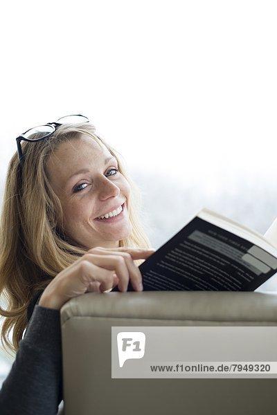 Frau  lesen  Bibliotheksgebäude  jung