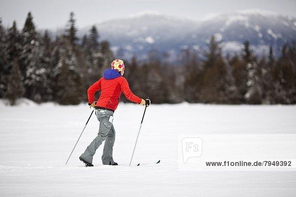 Frau  Berg  jung  Schnee  Teich