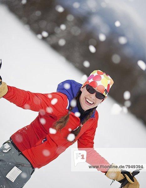 Frau  lächeln  Skisport  jung  Schnee
