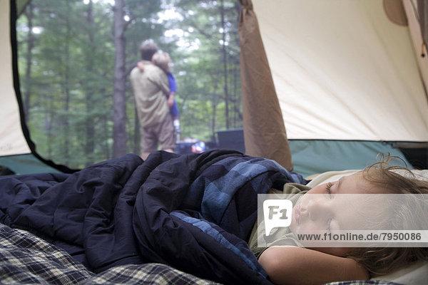 Junge - Person  schlafen  Zelt