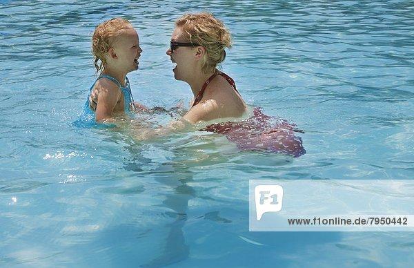 klein, Schwimmbad, Mädchen, Mutter - Mensch, spielen