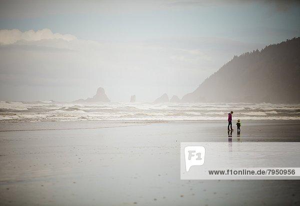 gehen  Strand  Sohn  jung  vorwärts  Mutter - Mensch