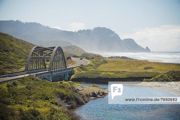 Vereinigte Staaten von Amerika  USA  über  Küste  Brücke  groß  großes  großer  große  großen  Bach  Kreuzform  Kreuz  Kreuze  vorwärts  Richtung  Oregon