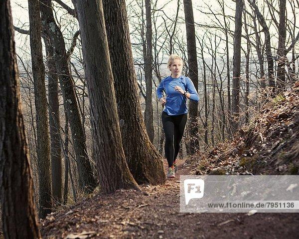 Laubwald  Frau  folgen  Weg  rennen  jung  vorwärts