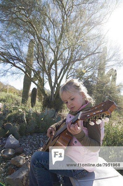 Außenaufnahme  Wüste  üben  Campingplatz  Gitarre  Arizona  jung  Mädchen  Tucson