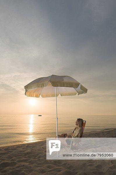 Frau  Entspannung  Stuhl  Strand  Michigansee  Michigan