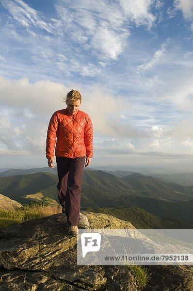 Frau  Felsen  gehen  vorwärts  Wiese  Gebirgskamm  North Carolina