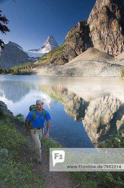 Mann  wandern  Berg  Assiniboine  Canmore  Alberta  Mount Assiniboine Provincial Park  Alberta  unterhalb  Kanada