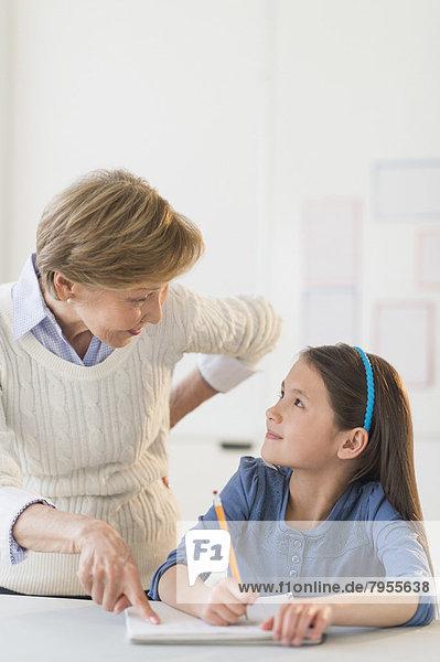 Hilfe  Lehrer  Schule  Schülerin  5-9 Jahre  5 bis 9 Jahre