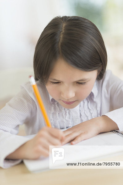 5-9 Jahre  5 bis 9 Jahre  Mädchen  Hausaufgabe