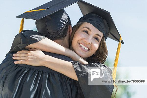 umarmen  Zeremonie  Student  Schulabschluß