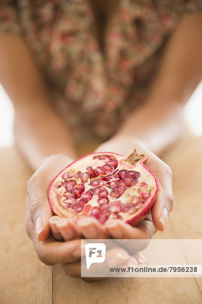 hoch  oben  nahe  Frau  Frucht  halten  Granatapfel