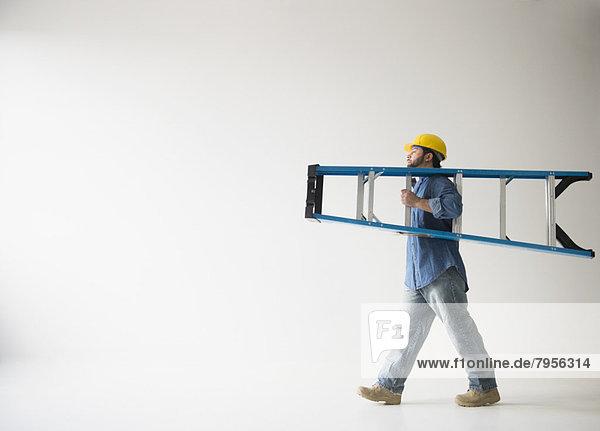 Mann  tragen  Leiter  Leitern  Ansicht  Seitenansicht