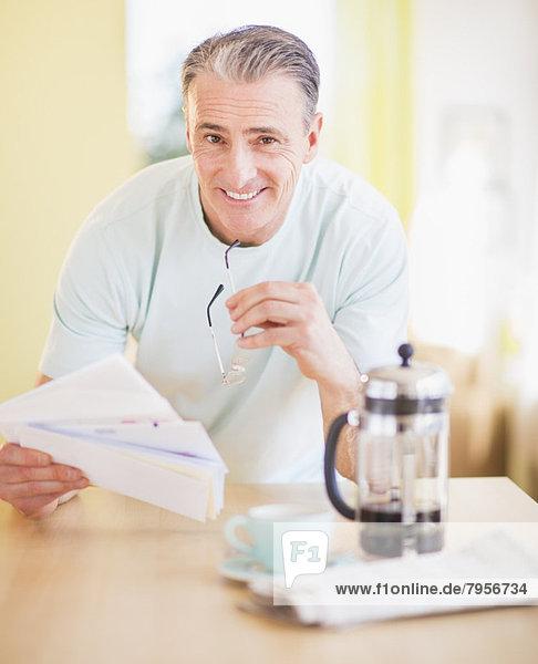 Portrait  Mann  Küche  Tisch