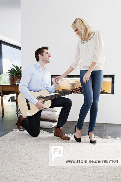 Frau  Mann  Spiel  frontal  Gitarre
