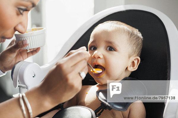 Motte  Mutter - Mensch  Baby  füttern