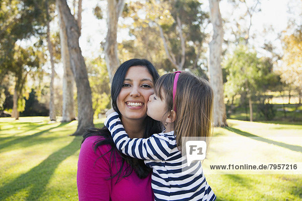 Portrait  lächeln  küssen  Tochter  5-6 Jahre  5 bis 6 Jahre  Mutter - Mensch