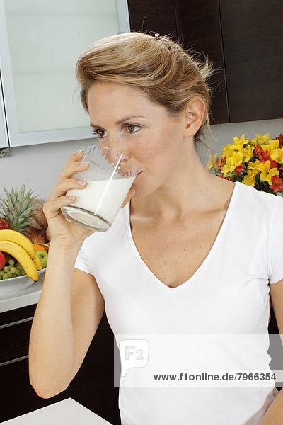 Frau Küche trinken Milch
