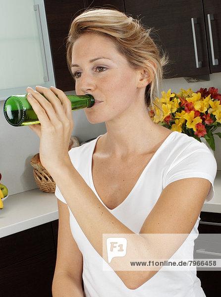 Frau Küche trinken Bier Flasche