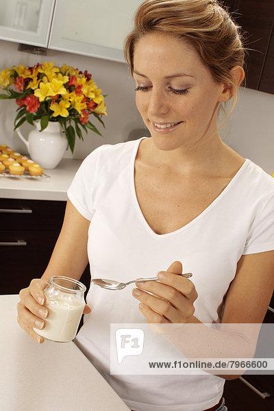 Frau Küche Joghurt essen essend isst