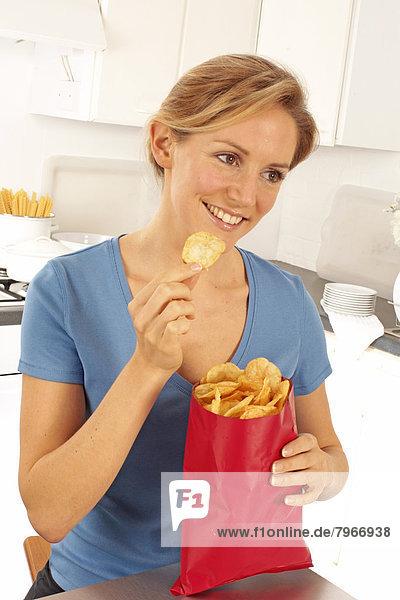 Kartoffelchips chips essen essend isst Mädchen