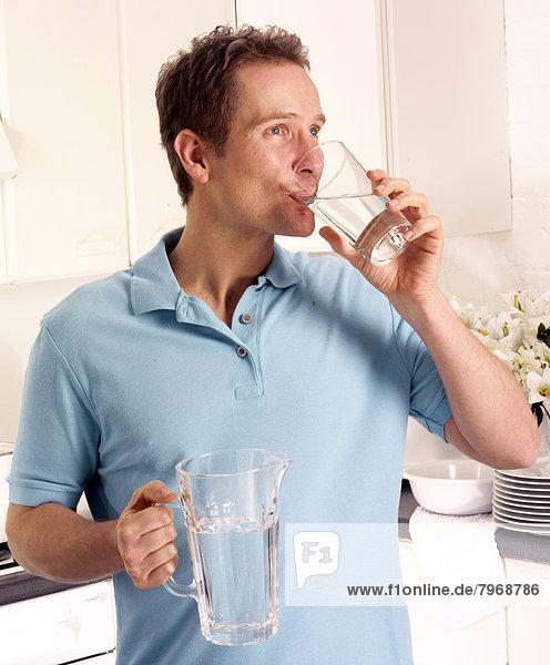 Wasser  Mann  Glas  Küche  trinken