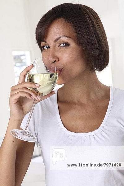 Frau  Glas  Wein  weiß  trinken
