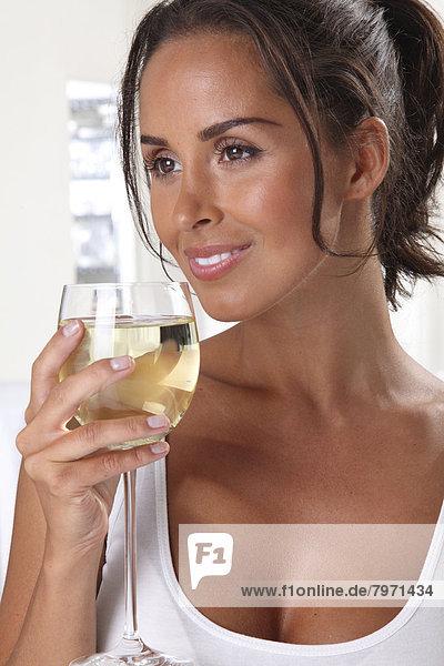Frau trinkt Wein weißen