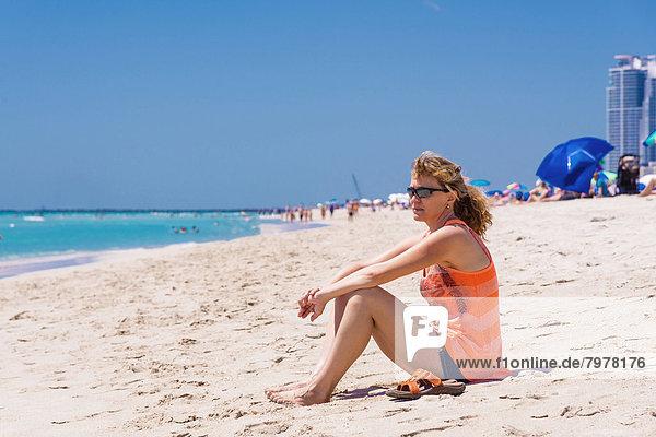 USA  Florida  Miami Beach  Reife Frau am Strand sitzend