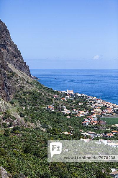 Portugal  Blick auf die Küste bei Paul do Mar