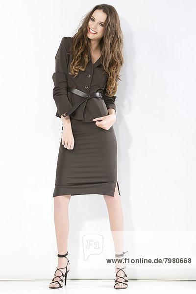 Porträt einer jungen Geschäftsfrau  lächelnd