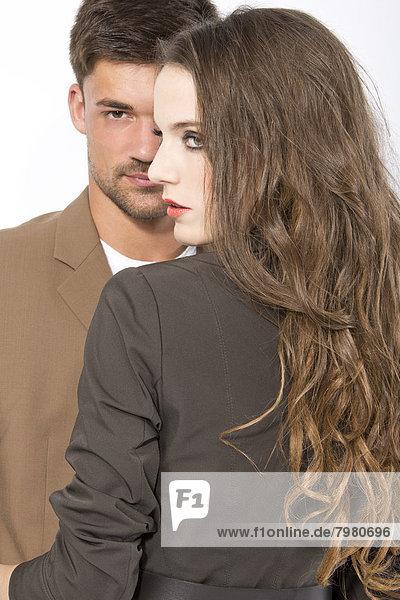 Junges Paar vor weißem Hintergrund  Nahaufnahme