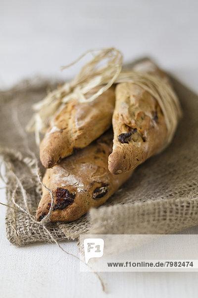 Breadsticks mit Stroh auf Jutesack gebunden  Nahaufnahme