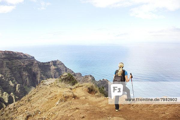 USA  Hawaii  Mittlere erwachsene Frau auf dem Gipfel des Berges stehend