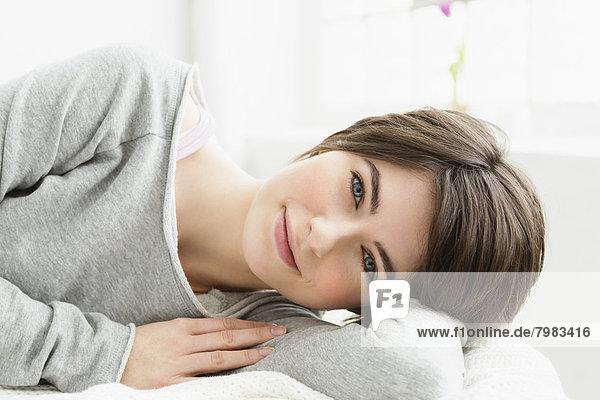 Porträt einer jungen Frau  entspannend  lächelnd