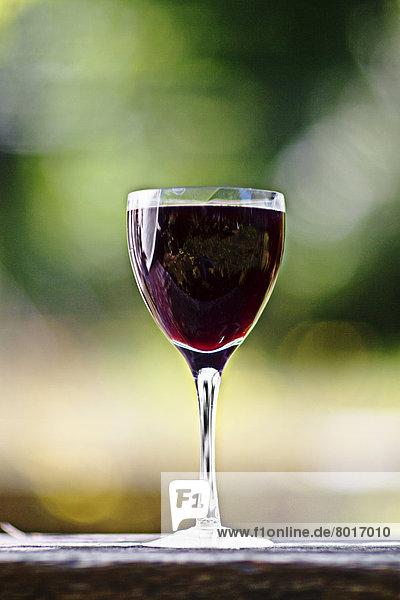 Schweden  Nahaufnahme des schwarzen Johannisbeergetränks im Weinglas