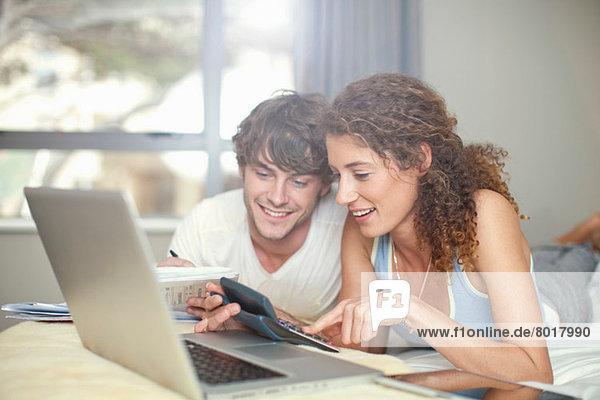 Junges Paar plant Finanzen
