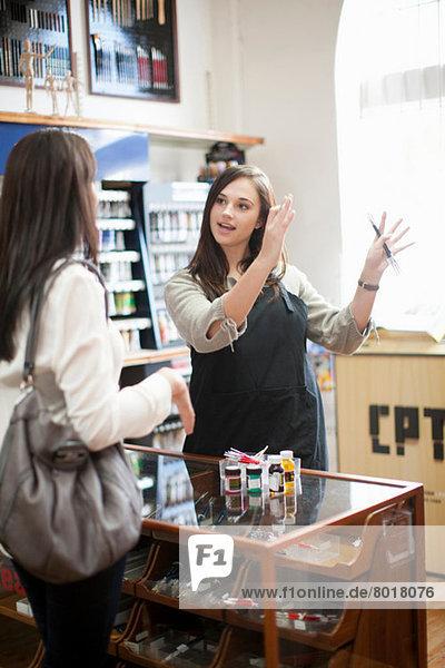 Verkäufer im Gespräch mit dem Kunden im Handwerksladen