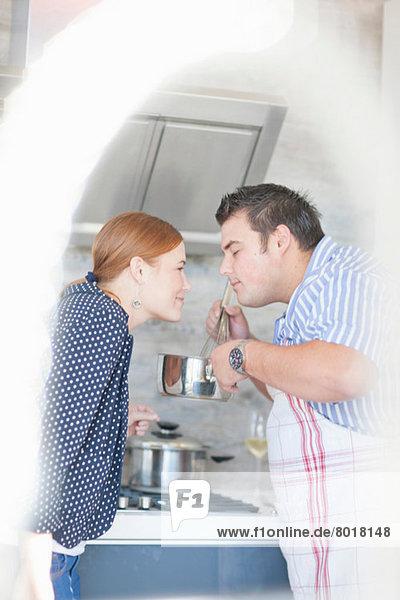 Junges Paar riecht Kocharoma aus dem Topf