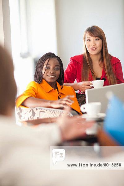 Junge Frauen mit Laptop und Kaffee