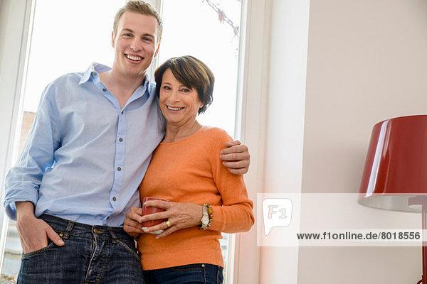 Porträt der Mutter mit erwachsenem Sohn