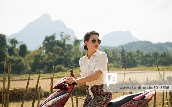 Frau auf Moped  Vang Vieng  Laos