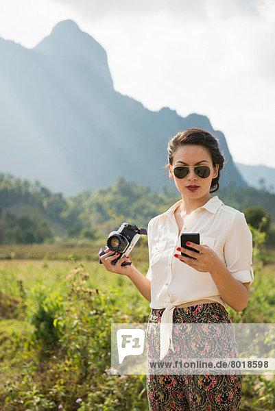 Frau mit Smartphone  Vang Vieng  Laos