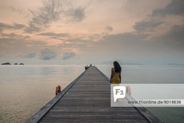 Frau am Pier  Taling Ngam Beach  Ko Samui  Thailand