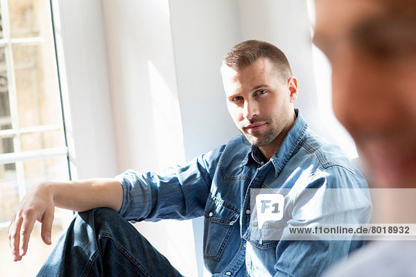 Mittlerer Erwachsener Mann im Jeanshemd