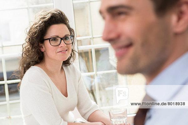 Mittlere erwachsene Frau mit Blick auf den reifen Mann