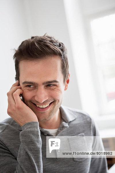 Erwachsener Mann am Telefon
