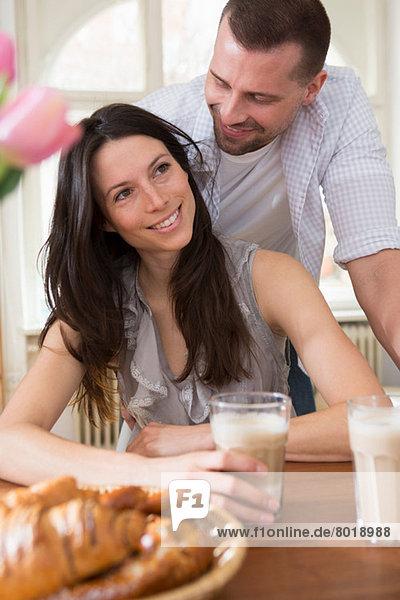 Mittleres erwachsenes Paar beim Frühstück