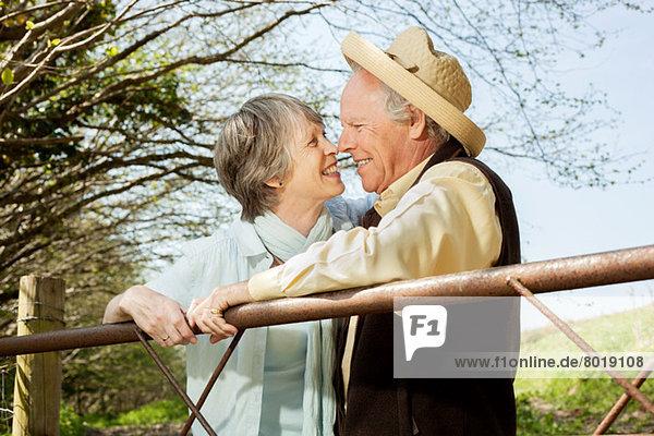 Senior Paar Nase an Nase