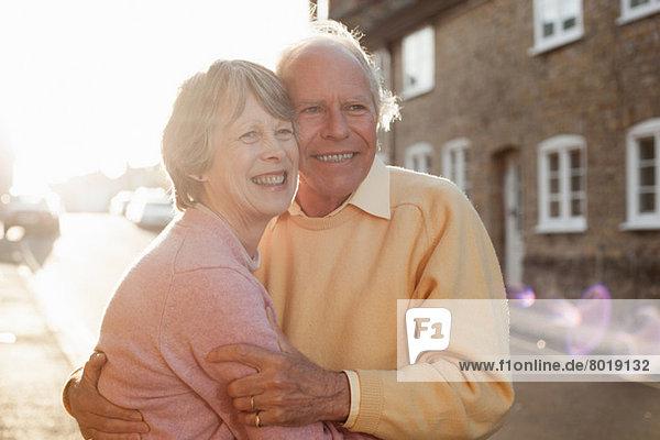 Mann und Frau umarmen sich auf der Straße
